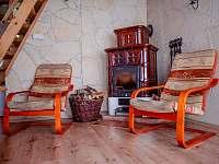 krbová kamna v obýváku - chata k pronájmu Trojanovice