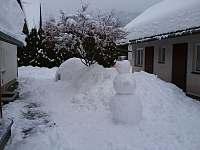 Sněhové stavby na dvoře - rekreační dům ubytování Karolinka