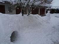 Sněhové stavby na dvoře - rekreační dům k pronájmu Karolinka