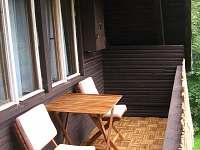 Posezení na balkóně - pronájem chaty Trojanovice