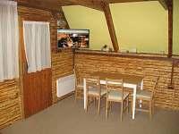 spol. místnost - TV, jídelní kout - chata ubytování Trojanovice