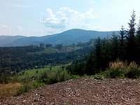 Výhled z parkoviště na příjezdové cestě k chatě