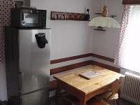 jídelní stůl pro šest osob - chata k pronajmutí Rusava
