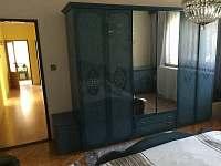 1.loznice-manzelska postel,detska postylka+moznost matrace,vestavena3metr.skrin
