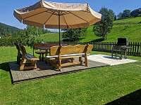 zahrada s terasou grilem - chalupa k pronájmu Velké Karlovice