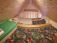 CHALUPA BESKYDY - LOŽNICE 2-3 postele (patro, nad společnou místností)