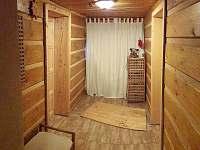 CHALUPA BESKYDY - MALÁ CHODBA (přízemí), dveře do kuchyně a spol. místnosti