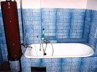 Koupelna s vanou, umývadlem a toaletou vedle kuchyně A