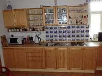 Kuchyně A s vařičem, lednicí, varnou konvicí, kávovarem a televizí