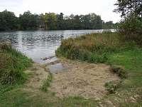 pískový vstup do čistého rybníka