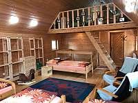 Pohled na schody v mezonetu, které vedou do vrchní části na spaní.