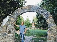 Kamenná brána a majitel - pronájem chalupy Velká Javorská