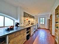 Prostorná kuchyně spojená s jídelnou - chalupa k pronájmu Velká Javorská