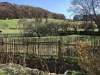Jaro a pohled ze zahrady, hranice zahrady s potokem