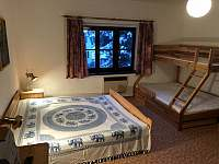 Pokoj 1.patro jedna manželská postel + palanda pro 3 osoby - chalupa k pronájmu Velemín - Milešov