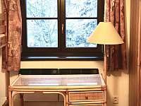 Pokoj 1. patro - pracovní stůl - chalupa k pronajmutí Velemín - Milešov