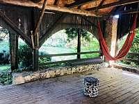 Venkovní posezení ve stínu pod střechou - chalupa k pronájmu Velemín - Milešov
