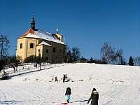 Zimní radovánky na stráni u chalupy - Velemín - Milešov