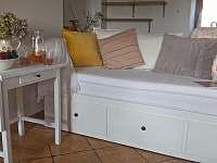 Obývací prostor v přízemí - rozkládací pohovka - pronájem chalupy Stvolínky - Kolné