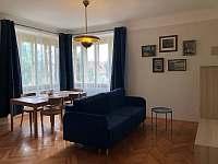 Apartmán v prvním patře - obývací pokoj - rekreační dům k pronajmutí Libochovice