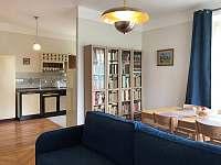 Apartmán v prvním patře - obývací pokoj pohled s knihovnou - pronájem rekreačního domu Libochovice