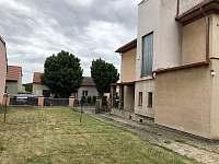 parkování u domu na zahradě - rekreační dům k pronajmutí Libochovice