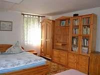 Jeden ze čtyř pokojů v patře - chalupa k pronajmutí Dolní Týnec - Třebušín