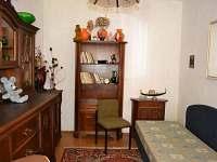 Jednolůžkový pokoj hned vedle obývací místnosti, oddělený pouze zdí - chalupa k pronajmutí Dolní Týnec - Třebušín
