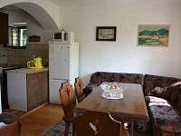 jídelní místnost, vzadu s kuchyní - pronájem chalupy Dolní Týnec - Třebušín