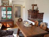 jídelní místnost, vzadu s kuchyní s kachlovými kamny - chalupa k pronájmu Dolní Týnec - Třebušín