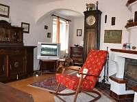 Obývací místnost s krbem - chalupa ubytování Dolní Týnec - Třebušín