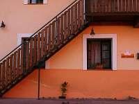 vnější schodiště-přístup do pokojů