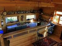 NORD RANČ - kuchyně s barem v hlavní místnosti