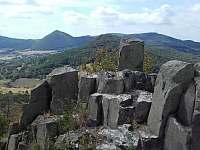 Pohled do krajiny ze zříceniny hradu Ostrý