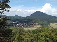 Pohled na horu Milešovku ze zříceniny hradu Ostrý