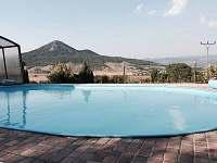 venkovní bazén s výhledem na Lovoš