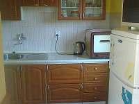 Kuchyně s retro el. troubou na vypečené koleno