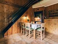 jídelní stůl v obývacím pokoji - chata k pronájmu Kyjov u Krásné Lípy