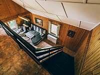 obývací pokoj - pohled shora - chata k pronajmutí Kyjov u Krásné Lípy