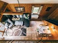 obývací pokoj - pohled shora - pronájem chaty Kyjov u Krásné Lípy