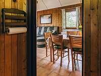 průhled z kuchyně do obývacího pokoje - chata ubytování Kyjov u Krásné Lípy