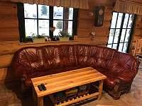 obývací místnost - rozkládací pohovka - srub k pronajmutí Horní Podluží