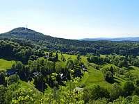 chalupa z Tolštejna, v pozadí hora Jedlová - pronájem Jiřetína pod Jedlovou