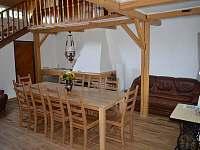 hala s jídelním stolem - pronájem chalupy Jiřetína pod Jedlovou