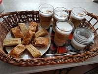 Káva a domácí moučník samozřejmostí :-) - apartmán k pronájmu Staré Křečany