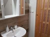 Koupelna s vanou a toaletou - pronájem apartmánu Staré Křečany