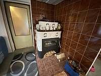 kachlová kamna s výměníkem ( rozvod do koupelny , chodby a ložnice) - Staré Křečany