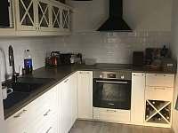 Moderně vybavená kuchyň - pronájem chalupy Kunratice - Lipnice