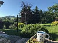 Ranní kávička v zahradě - pronájem chalupy Kunratice - Lipnice