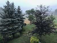 Výhled z ložnice - chalupa k pronajmutí Kunratice - Lipnice